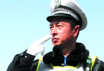 Qingdao traffic cop invents gestures to deal with heavy traffic