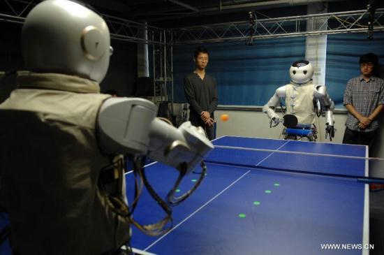 Роботы играют в настольный теннис в Ханчжоу