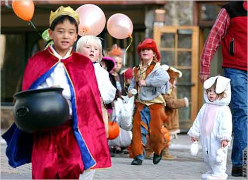 Children dressed as fairy tale princes, cowboys, super heroes and bunny rabbits take part in Halloween activities in Vail, Colorado. [File photo] 科罗拉多州维尔市的儿童装扮成童话中的王子、牛仔、超级英雄和小兔子参加万圣节庆祝活动。