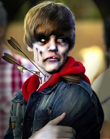"This gives a new meaning to the words Bieber Fever. Justin Bieber may be the sweetest sounding teen pop sensation around, but what would his voice sound like if he were undead? It would probable be a lot of high-pitched growling and guttural 'Baby's. 比伯热从此有了新的含义。贾斯汀•比伯或许是发声最甜美的少年流行天王,假如他变成了僵尸,那他的嗓音听起来会是怎样呢?他很可能会带着喉音在尖声咆哮""宝贝宝贝""。"