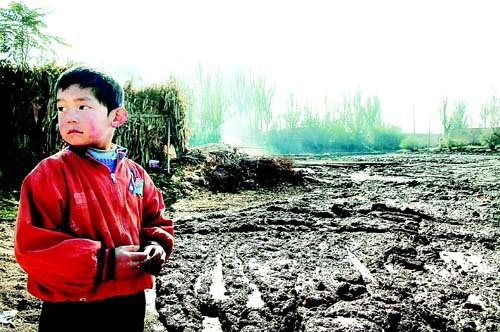 Many rural areas support smelters and foundries that spill pollution into soil and water supplies. [sina.com]