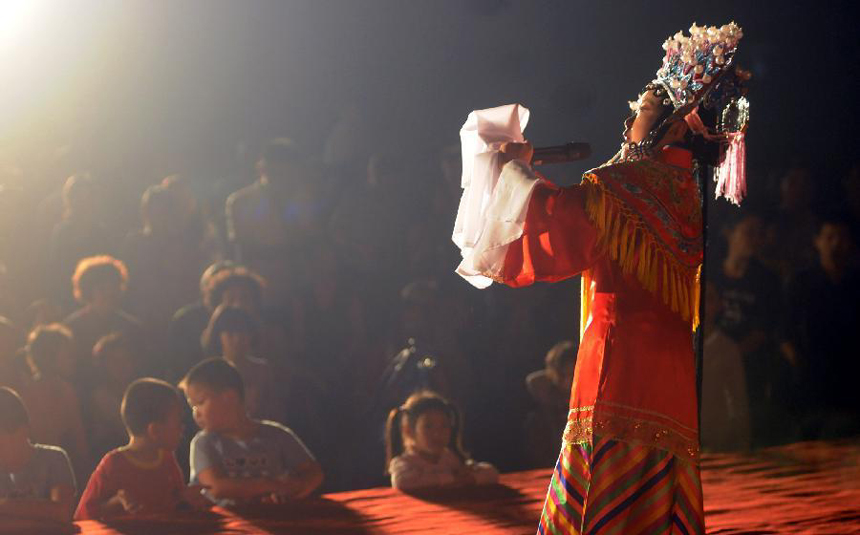 Zhang Xinwen performs a classic play of Peking Opera at Dongmen Drama Stage in Liuzhou City, southwest China's Guangxi Zhuang Autonomous Region, Nov. 4, 2011.