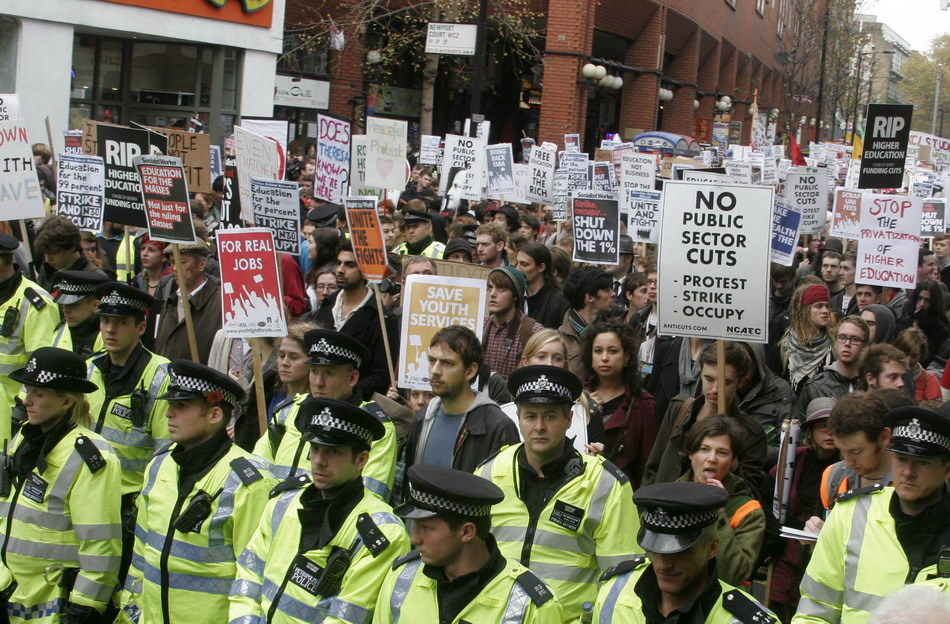 Thousands of students marched through central London on Wednesday to protest cuts to public spending and a big increase in university tuition fees.[Sina.com.cn]