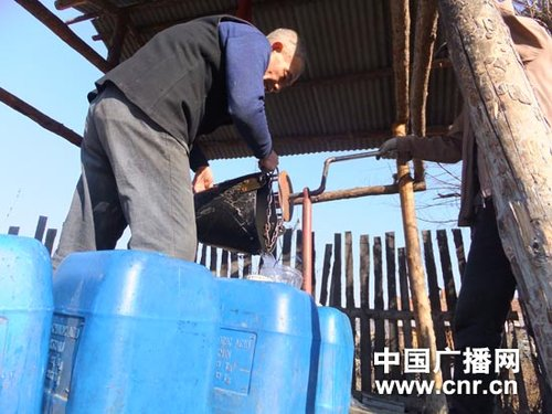 Due to the industrial pollution in a nearby river, more than 30,000 people in Jixi city dare not drink tap water or use it to wash vegetables since the last 10 years. [cnr]