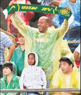 Beijing Ducks guard Stephon Marbury, a fan of the Beijing Guo'an soccer team, watches its game against Chengdu on Aug 17.