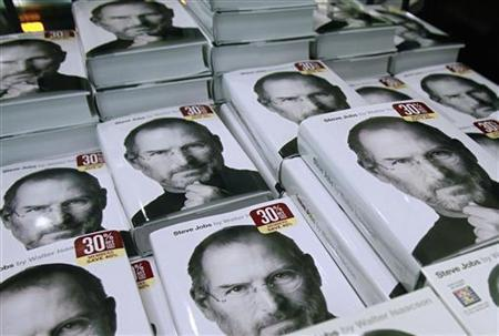 Copies of the new biography of Apple CEO Steve Jobs by Walter Isaacson are displayed at a bookstore in New York October 24, 2011. [Agencies]