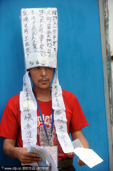 Wang Zhiyou, known as the generous beggar, arrived in Changsha, the capital of Hunan province, on Sept 6, 2011. [Photo/CFP]