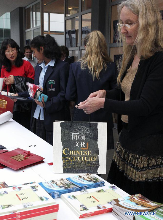 A woman selects some teaching materials in Chinese during the Open Day event organized by Chinese Consulate-General in Sydney, Australia, on Nov.23,2011.