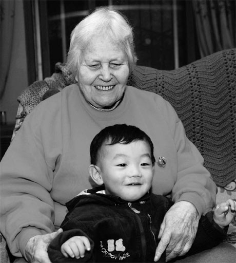 Shirley Wood, 86, with her great-grandson, lives the life of a local in her home in Kaifeng, Henan Province.