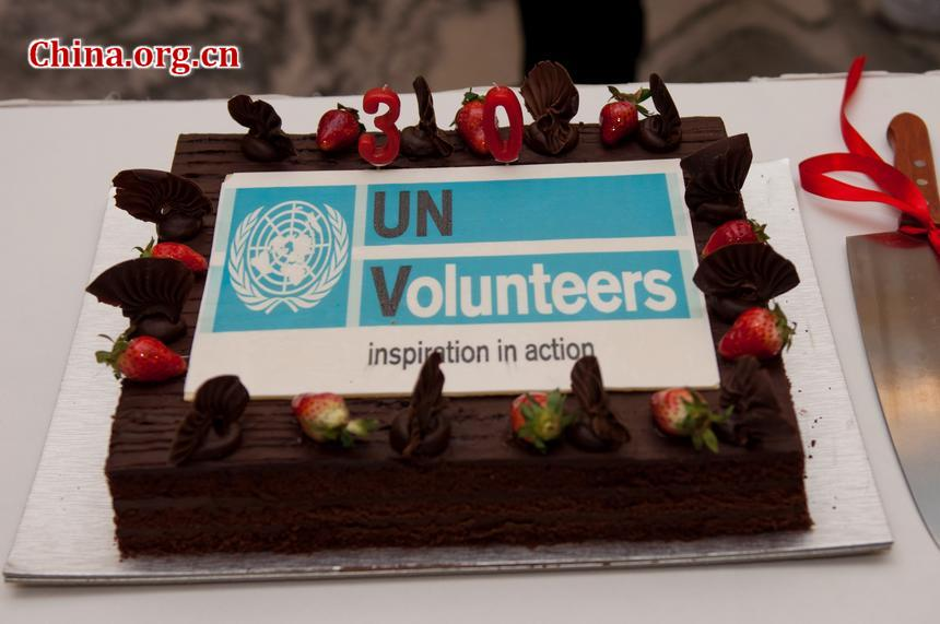 A cake specially made for the commemoration of United Nations Volunteers (UNV) is presented to the guests at the ceremony at the UN headquarters in China in Beijing on December 1, 2011 [Pierre Chen / China.org.cn]