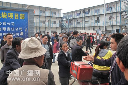 As the Spring Festival approaches, millions of Chinese construction workers will begin their long journey home for a family reunion. But for many, it is also a time of year when they embark on the arduous tradition of begging employers for outstanding wages.[File photo]