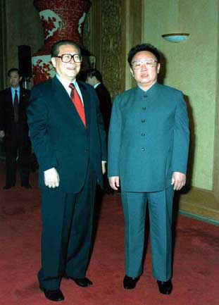 At the invitation of the Chinese President Jiang Zemin (L), Kim made another visit to China for six days in 2001. [File photo]