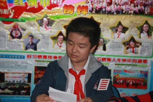 In the picture, Huang Yibo is shown reading some documents, posing like a professional politician and wearing an astonishing 'five-bar' armband.