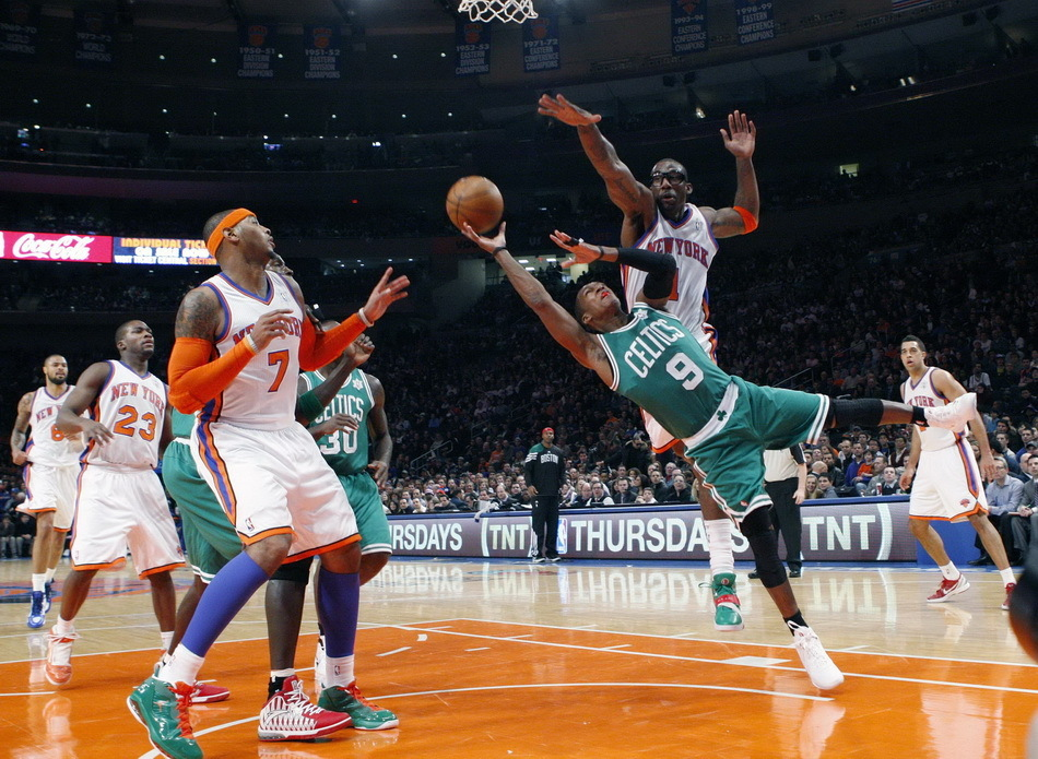 Rajon Rondo dives into the paint but comes up against a towering Amar'e Stoudemire in the Celtics' 106-104 loss to the Knicks on Dec.25, 2011. [Source:Sina.com]
