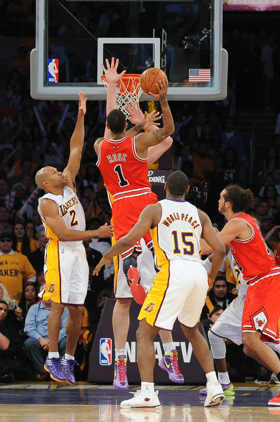 Chicago Bulls guard Derrick Rose puts up a shot to give the Bulls the lead in the final seconds, as Los Angeles Lakers forward Pau Gasol defends during an NBA basketball game, Sunday, Dec. 25, 2011, in Los Angeles. [Source:Sina.com]