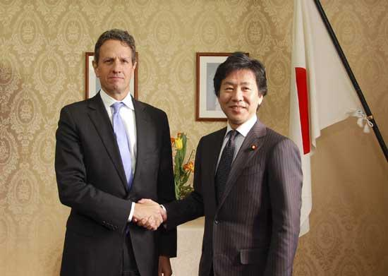U.S. Treasury Secretary Timothy Geithner (L) shakes hands with Japan's Finance Minister Jun Azumi at the Finance Ministry in Tokyo, in this handout photo taken by Japan Ministry of Finance, January 12, 2012. [CNTV] 