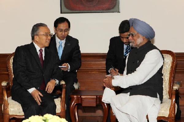Chinese State Councilor and special representative Dai Bingguo (L) talks with Indian Prime Minister Manmohan Singh in New Delhi, Jan 17, 2012.China and India held the 15th meeting between special representatives on China-India border issues on Jan 16 and 17, 2012.[Li Yigang/Xinhua]