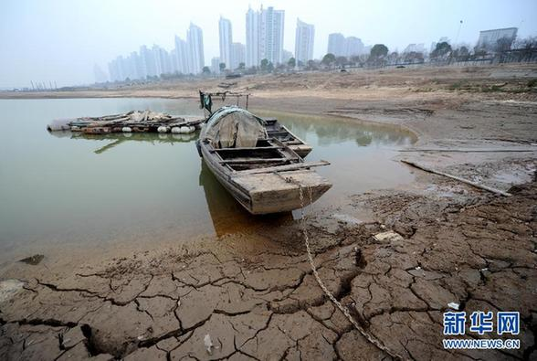 A fishing boat is grounded in the river bed of Poyang Lake. Photo was taken on Jan. 12, 2012. [Xinhua]