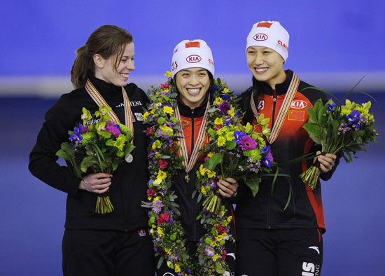 (From left to right) Christine Nesbitt of Canada, Yu Jing of China and Zhang Hong of China are on the podium.[Source:Sina.com]