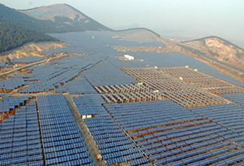 China's largest solar farm in Xuzhou City, Jiangsu, a 20 MW mix of fixed panels and tracking systems, went online in 2009. [File photo]