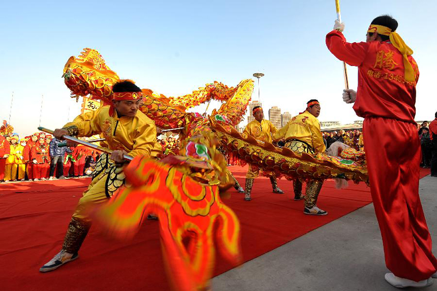 People attend a dragon dance competition in Taiyuan, capital of north China's Shanxi Province, Feb.1, 2012. Ten teams from counties and districts of Taiyuan attended a dragon dance competition on Wednesday to promote the traditional Chinese culture.
