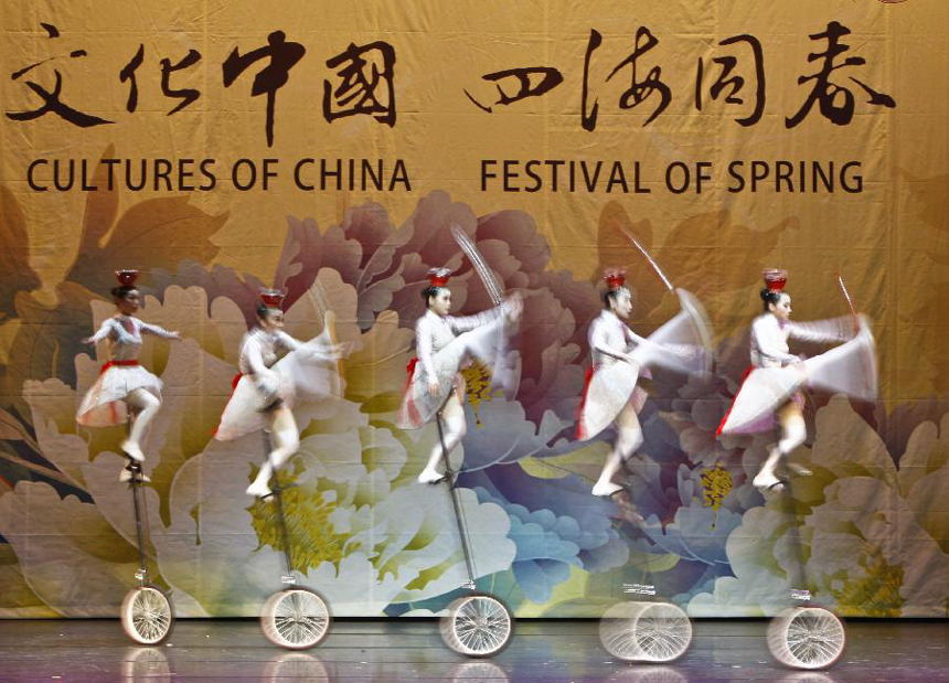 Actors of China's 'Cultures of China, Festival of Spring' art group perform in Brisbane, Australia, Feb. 7, 2012. [Xinhua photo]