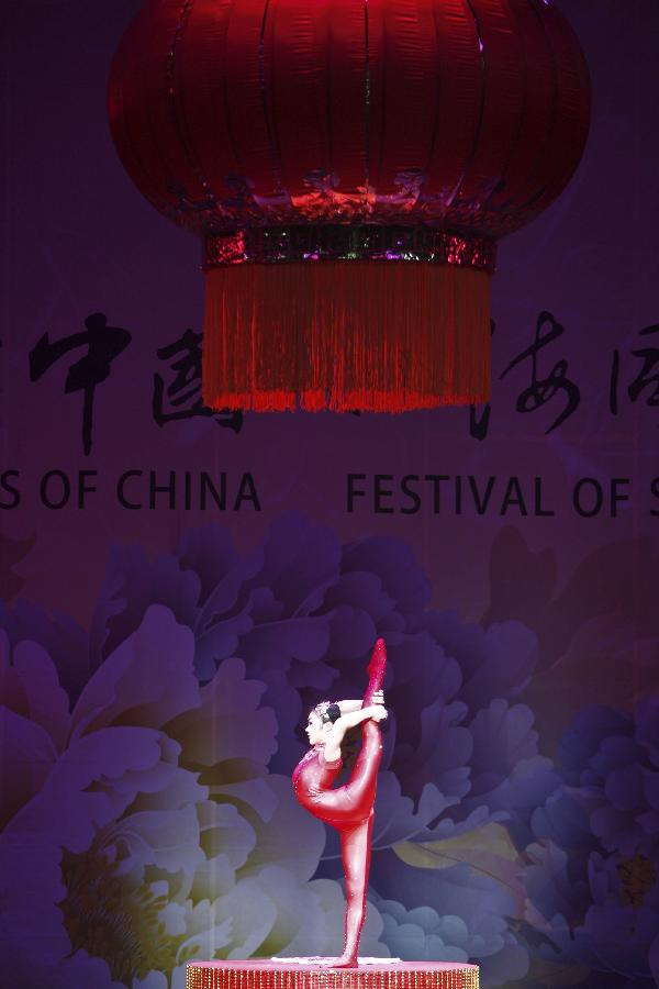An actor of China's 'Cultures of China, Festival of Spring' art group performs in Brisbane, Australia, Feb. 7, 2012. [Xinhua photo]