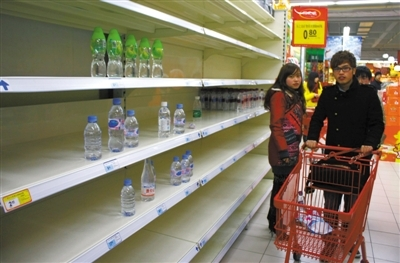 Bottled drinking water in Zhenjiang and neighboring cities soon sold out due to public concern on Feb. 7 2012. [Beijing News] 