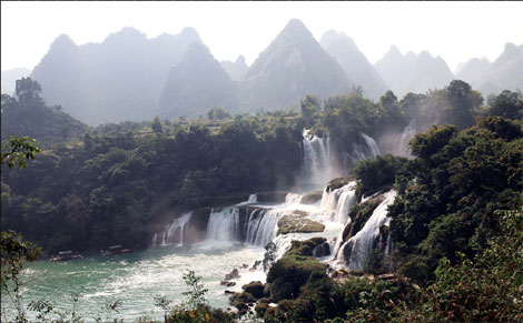 The Detian Falls spread like a sparkling water curtain on the border of China's Guangxi Zhuang autonomous region and Vietnam. Photos by Huo Yan / China Daily