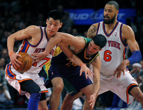 Jeremy Lin (L) of Knicks competes with a player of New Orleans Hornets in New York, Feb. 17, 2012. (Xinhua Photo)