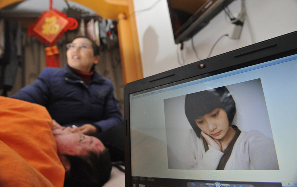 A photo of Zhou Yan is shown on a computer.