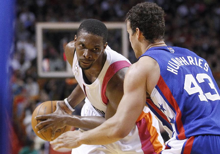 Miami Heat's Chris Bosh moves against the New Jersey Nets' Kris Humphries (R) during their NBA basketball game in Miami, Florida March 6, 2012. Heat won 108-78. (Xinhua/Reuters Photo)