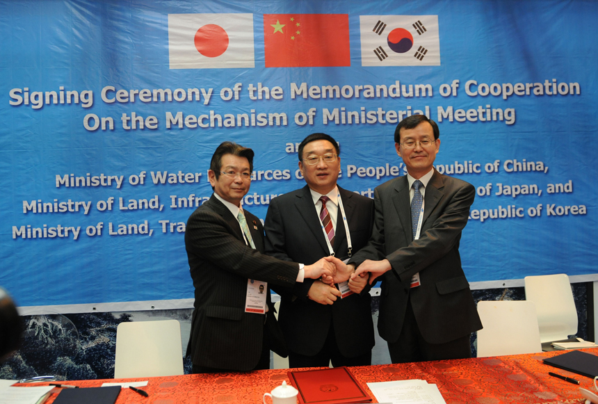China, Japan and Republic of Korea (ROK) inked Tuesday the Memorandum of Cooperation on the Mechanism of Ministerial Meeting to boost trilateral cooperation on water challenges. Chen Lei, China's Minister of Water Resources, Okuda Ken, Senior Vice Minister of Land, Infrastructure, Transport and Tourism of Japan, and Han Man-Hee, Vice Minister of Land, Transport and Maritime Affairs of the Republic of Korea, attend the signing ceremony during the Sixth World Water Forum in Marseille, France.