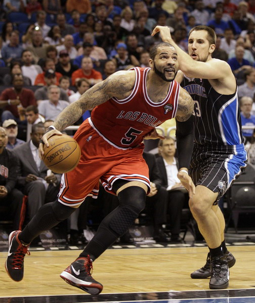 Bulls hold Magic to 59 points, win without Rose