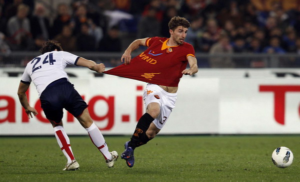 Roma beat Genoa to close in on third