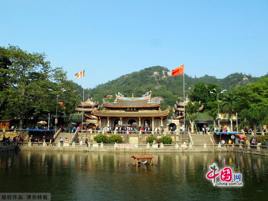 South Putuo Temple is adjacent to Xiamen University in the southeast of the city. Originally built in the Tang Dynasty (618-907), the temple was destroyed many times over the course of following dynasties. In the 23rd year of the Kangxi reign of the Qing Dynasty (1616-1912), it was once again rebuilt and given its present name. A statue of the Bodhisattva Guanyin, or Avalokitesvara, is enshrined in the temple, which receives an endless stream of worshippers and pilgrims throughout the year. [China.org.cn]