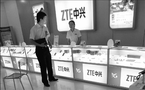 ZTE Corp smartphones on display at an electronics retailer in Yichang, Hubei province. China's second-largest maker of phone equipment aims to improve profitability this year by increasing the gross profit margin of its handset business.[China Daily]