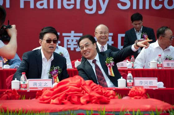 Jiang Dingzhi, vice Party chief and governor of Hainan Province (L) talks with Hanergy chairman Li Hejun at the production commencement ceremony of Hanergy's Haikou plant on Thursday, March 29, 2012. [Chen Boyuan / China.org.cn]