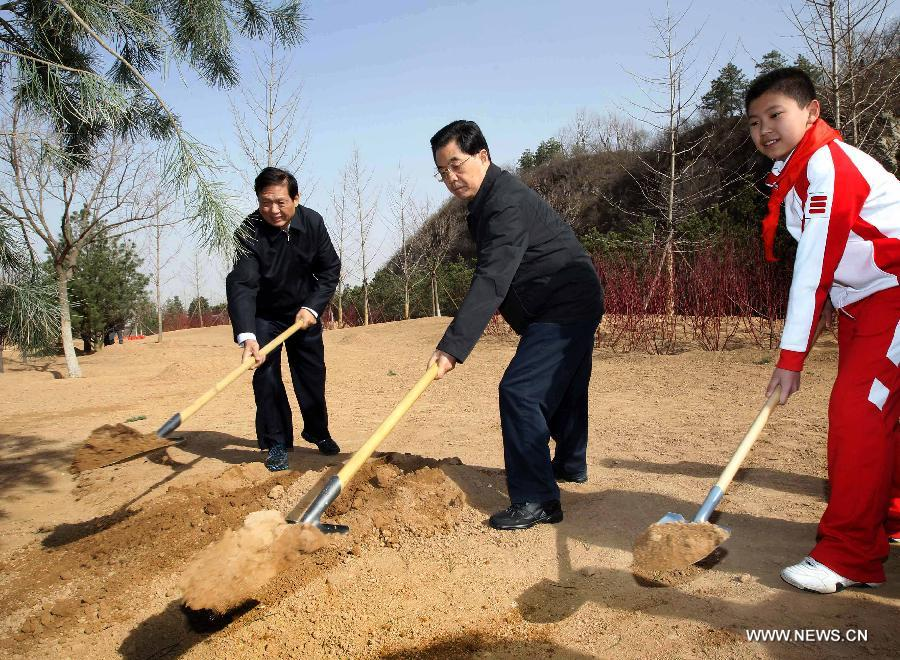 Chinese President Hu Jintao (C) plants a sapling as Chinese top leaders including Hu Jintao, Wu Bangguo, Wen Jiabao, Jia Qinglin, Li Changchun, Xi Jinping, Li Keqiang, He Guoqiang and Zhou Yongkang attend a voluntary tree planting event in Beijing, capital of China, April 3, 2012. [Xinhua]