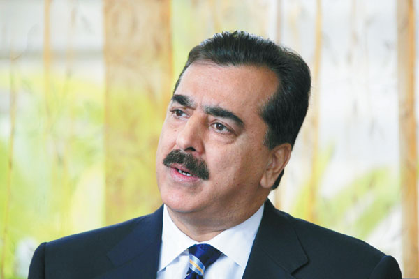 Pakistani Prime Minister Yousuf Raza Gilani speaks to a China Daily reporter on Sunday in Boao, Hainan province. Gilani said he would like to improve relations with the US and rebuild an anti-terror alliance. [Huang Yiming/China Daily]