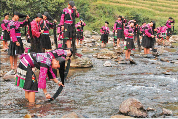 Women rinse their long hair in a river in Huangluo Hongyao village, Longsheng county, in the Guangxi Zhuang autonomous region. Lu Jianwei / for China Daily