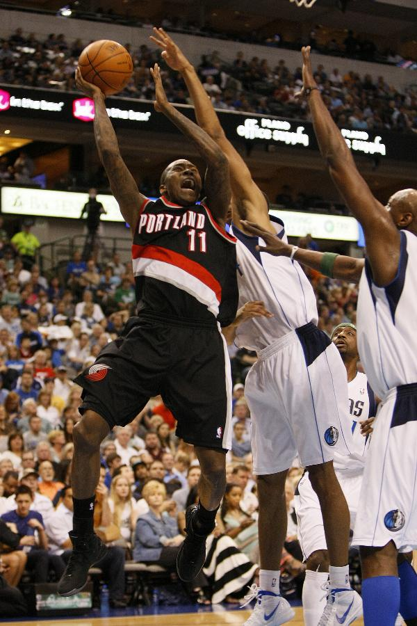 Jamal Crawford (C) of Portland Trail Blazers competes during the NBA game against Dallas Mavericks at the American Airlines Center in Dallas, the United States, April 6, 2012. (Xinhua/Song Qiong)