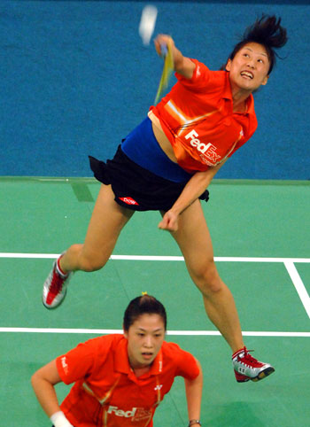 China's Huang Sui (top) and Gao Ling return a shot during women's doubles game at the World Badminton Championships in Kuala Lumpur on August 15, 2007.