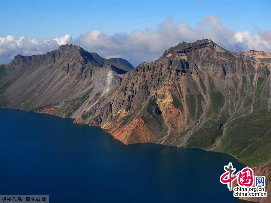 Changbai Mountain in southeastern Jilin Province is located on the border between China and North Korea. Considered as the most famous mountain in northeast China, Changbai Mountain has rich biodiversity. With an average altitude of 2,000 meters, the mountain is well-known for its snowy scenery, cool summers and an abundance of mineral springs.[China.org.cn]