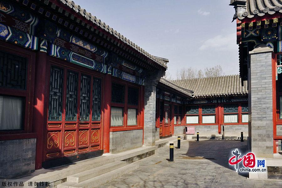 Located to the east of the Wenchang Tower in the Summer Palace, the Wenchang Gallery is the largest and the most impressive gallery of its kind in any classical Chinese garden. On display in its six halls are thousands of artifacts extracted from the Summer Palace, covering some 3,600 years from the Shang and Zhou dynasties to the fall of the Qing Dynasty in 1911.