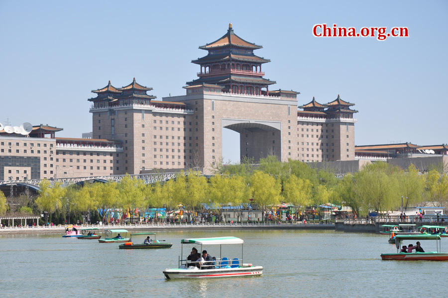 The Lianhuachi Park is very close to the Beijing West Railway Station. With an area of 44.6 hectares (110 acres), the park is a modern garden and is well-known for its splendid lotus scenery. [China.org.cn/by Yuan Fang]