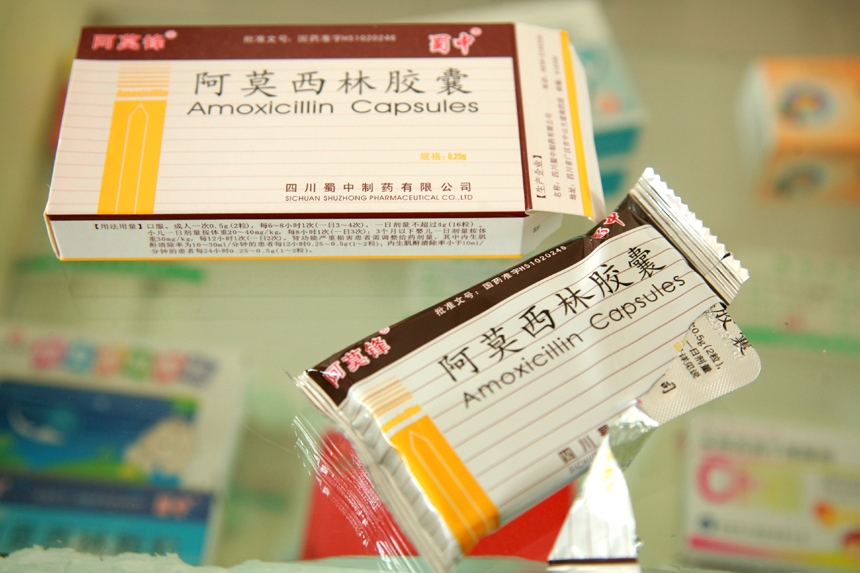 In the photo taken on April 16, 2012 are Amoxicillin capsules sold in a drug store in Nantong, Jiangsu Province. The State Food and Drug Administration (SFDA), China's drug watchdog, issued an emergency notice April 15 night to suspend the selling and consumption of a list of capsules with reported excessive chromium contamination. [Xinhua photo]