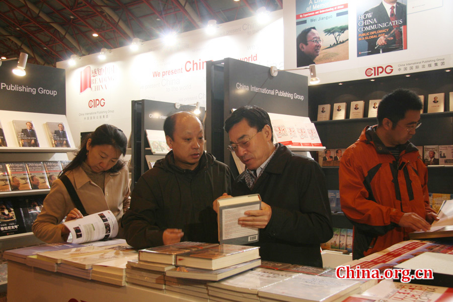 Huang Youyi, vice president of CIPG, visits the CIPG booth and gave suggestions regarding its design.