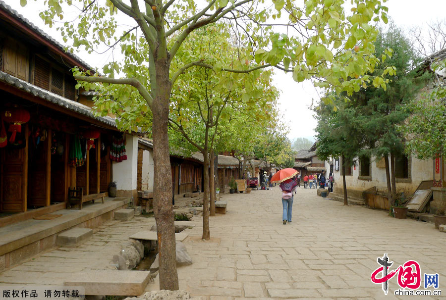 Shaxi Town, one of the world's 100 most endangered sites listed by the World Monuments Fund is a place where you can breathe in fresh air around-the-clock. Shaxi is also a village with a long history that can be traced back to the Spring and Autumn period and the Warring States period (770 BC-221BC). Stone Treasure Mountain and the Friday Market are the two most popular tourist attractions in Shaxi Town. [China.org.cn]