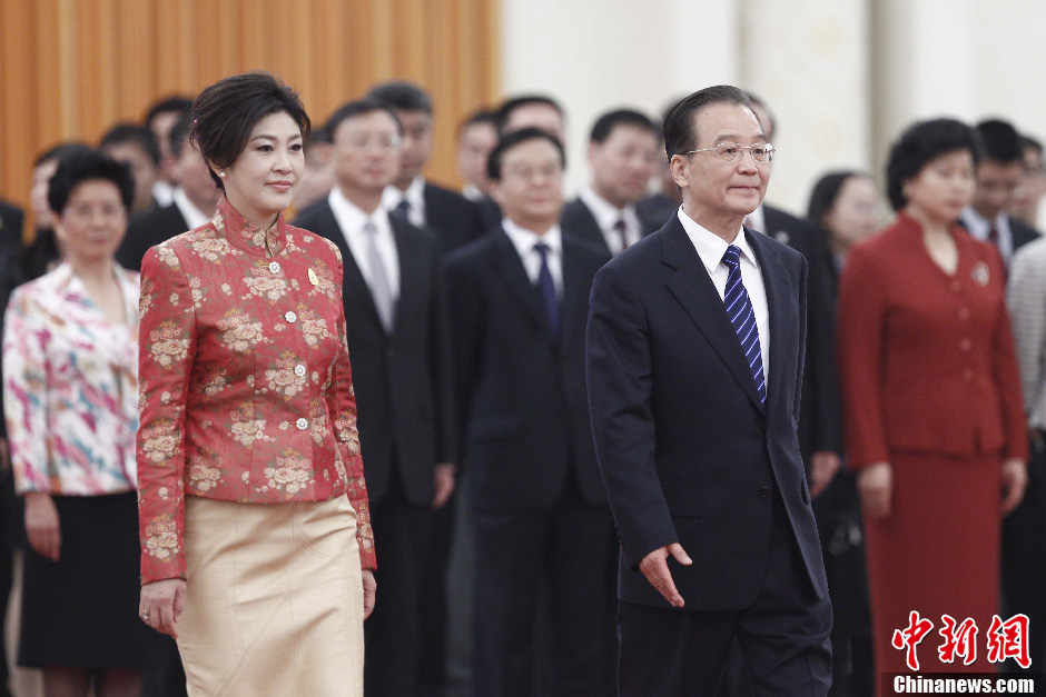 Chinese Premier Wen Jiabao (R) holds a welcoming ceremony for Thai Prime Minister Yingluck Shinawatra before their meeting in Beijing, capital of China, April 17, 2012.